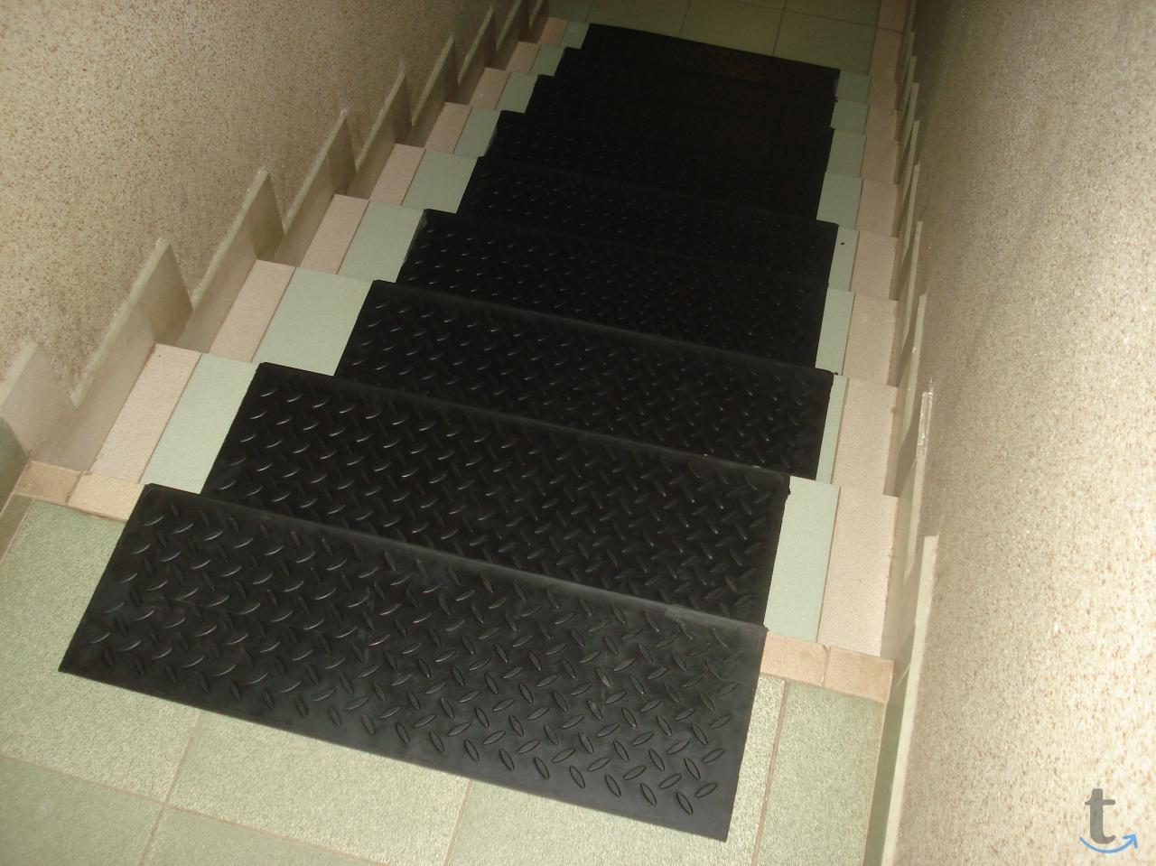 Как сделать ступени лестницы не скользкими
