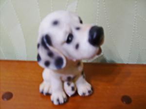 Фигурка щенка из керамики.
