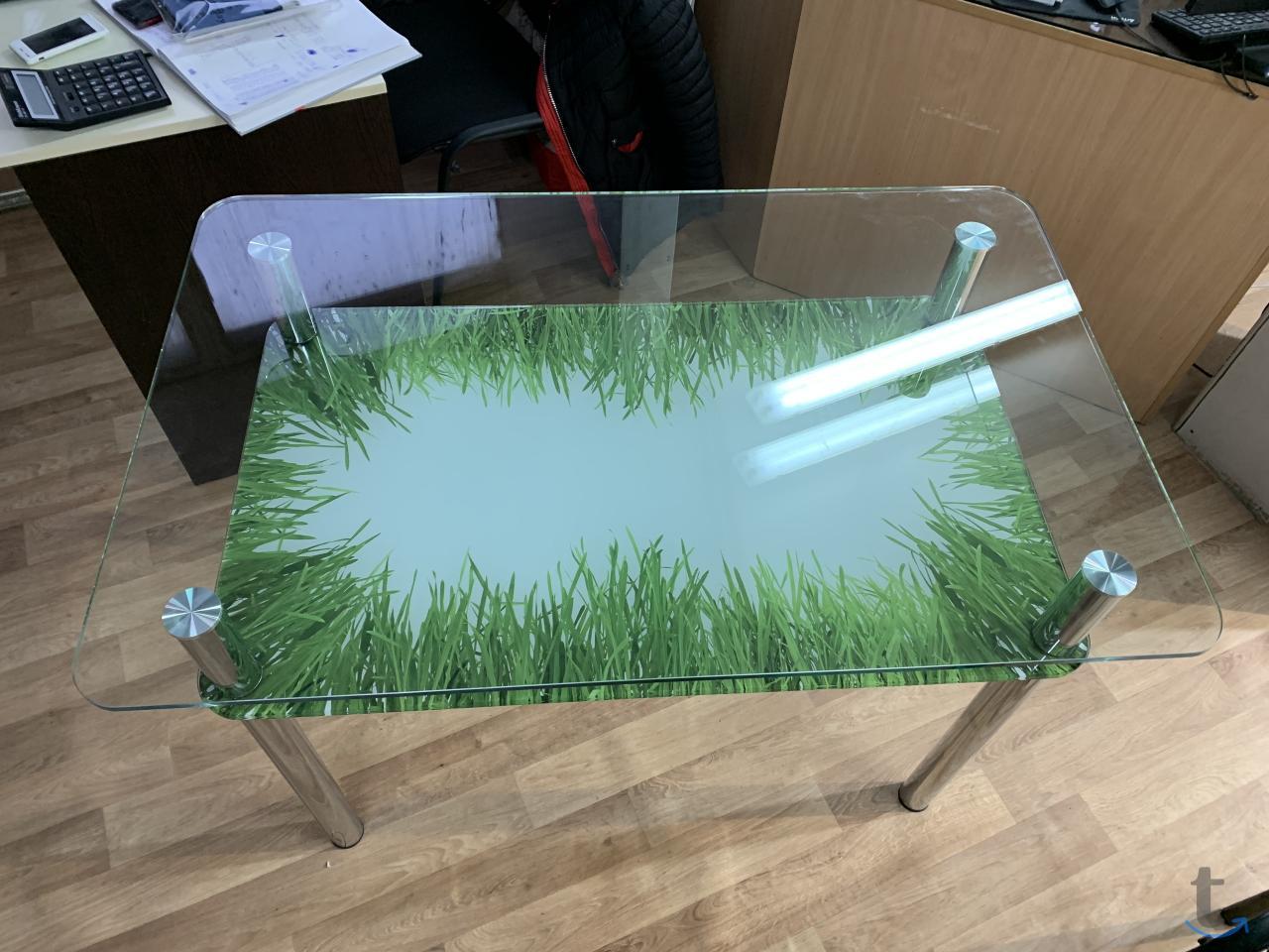 Обеденный стол из стекла. Диамет...
