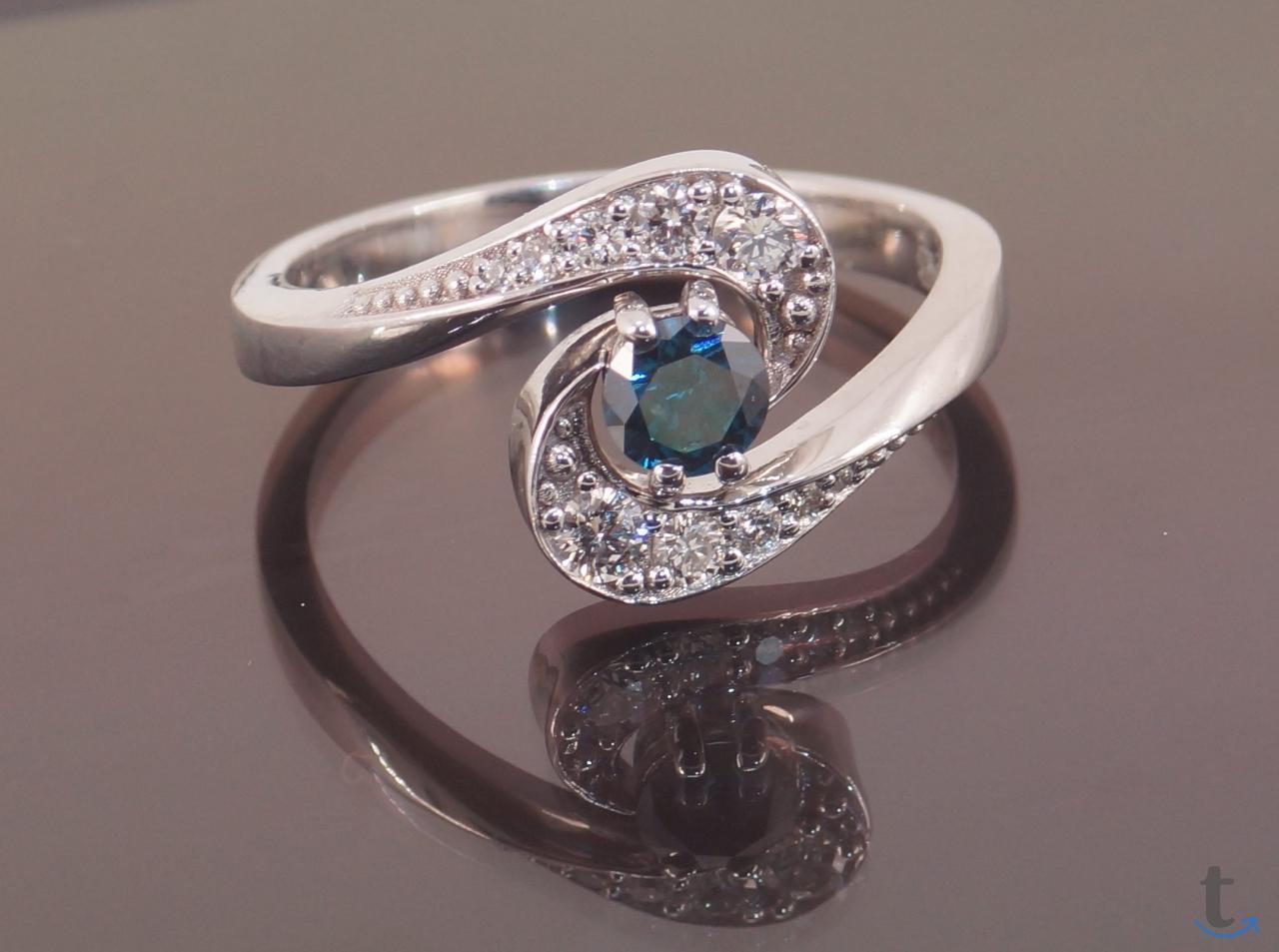 Кольцо золотое с синим и белыми ...